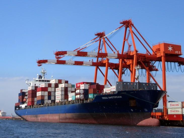 △こちらも大迫力の貨物船