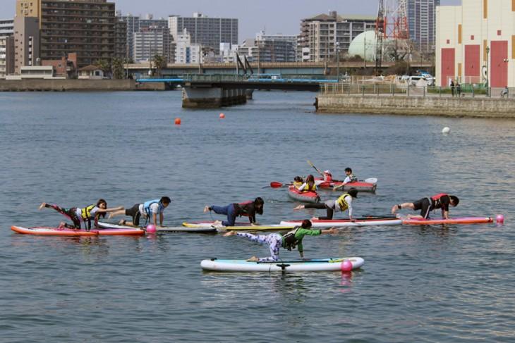 △写真手前がヨガチーム、後ろにはキッズボートの体験乗船の様子も見えます。