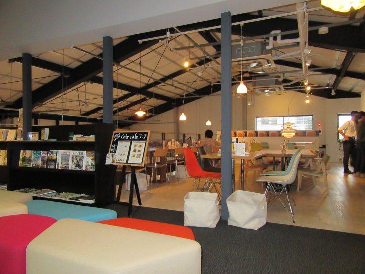 △2階に上がるとポップな色使いの家具が置かれた素敵空間が広がります。