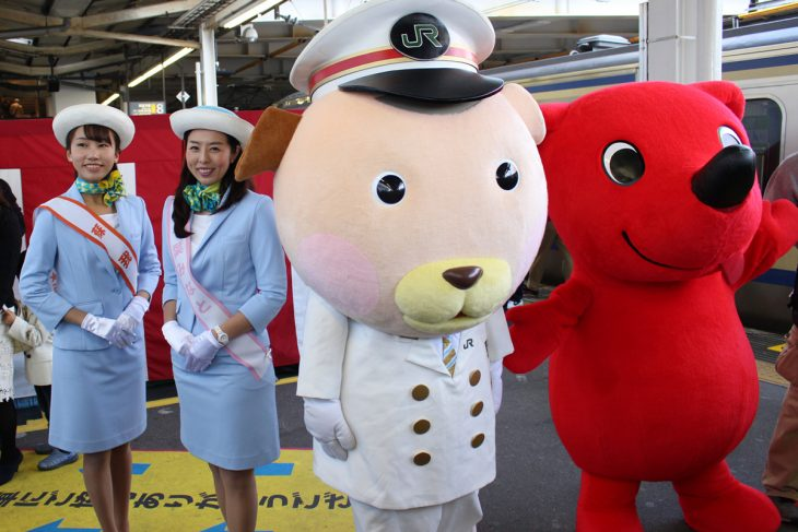 △出発式の後、駅長犬とチーバくんを入れての記念撮影が行われました。