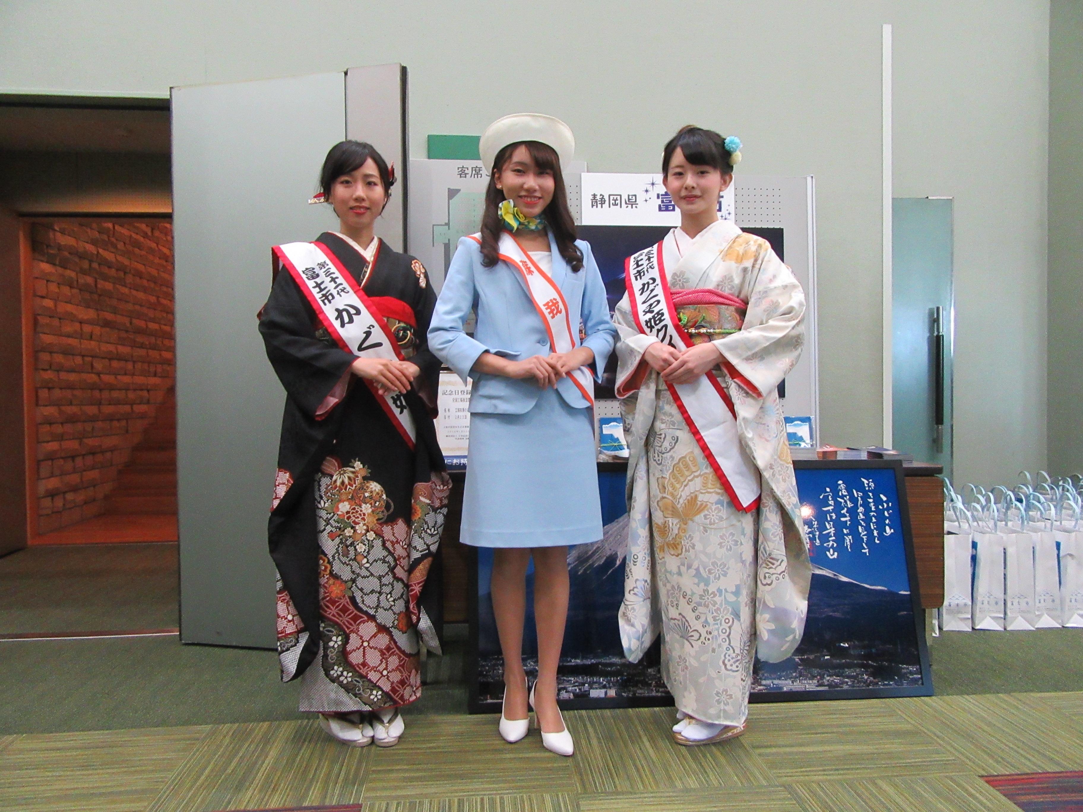 △第31代かぐや姫:村松未奈さん(左)とかぐや姫クイーン:清美晴さん(右)のお二人と撮って頂きました。