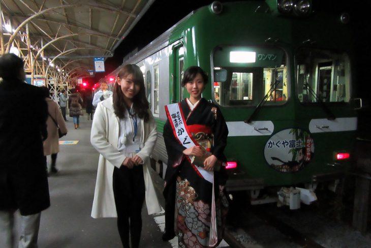 △お次は工場夜景の中を「岳南電車」に乗りながら鑑賞します。