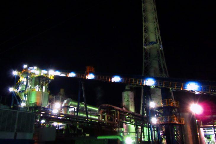 △見学ツアー最後は、「興亜工業」様の工場夜景を見ました。