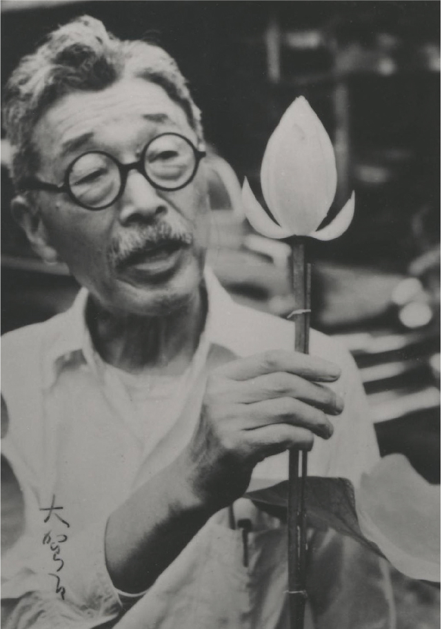 開花したオオガハスを愛でる大賀博士