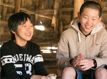 加曽利貝塚小学生ボランティア 安東 幸栄くん(右)丸 靖くん(左)