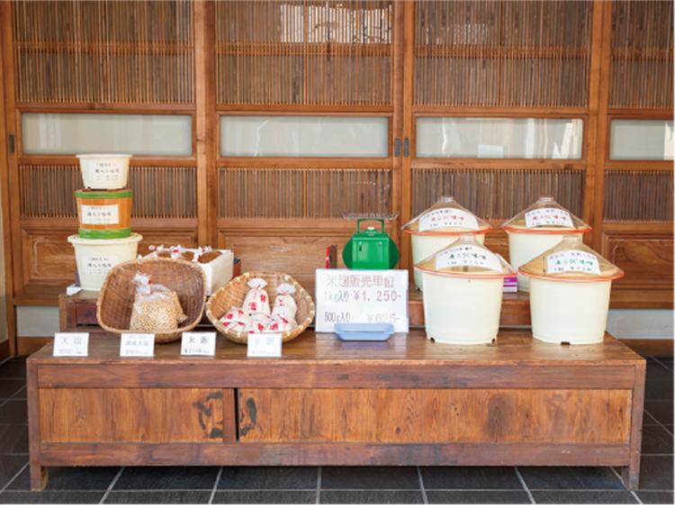▲風情ある店頭には麹や味噌などの手作り品が並ぶ
