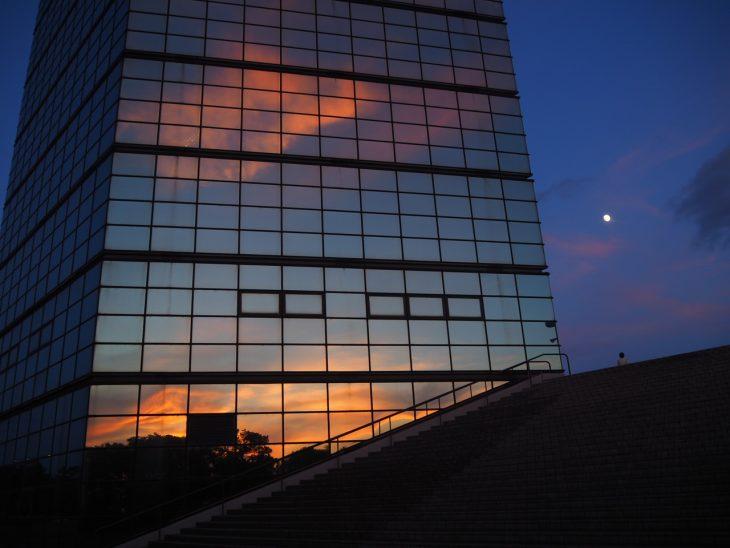 ポートタワーと月